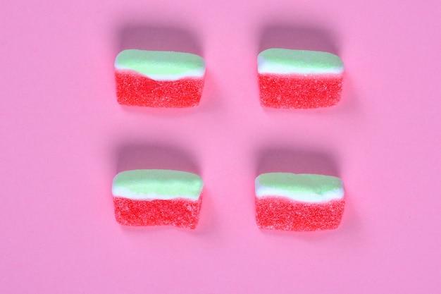 Gruppe der wassermelonensüßigkeit auf rosa