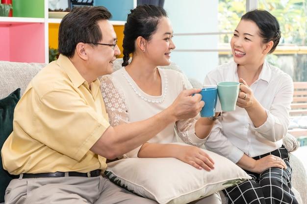 Gruppe des älteren asiatischen freundes im ruhestand, der kaffee im pflegeheim trifft und trinkt.
