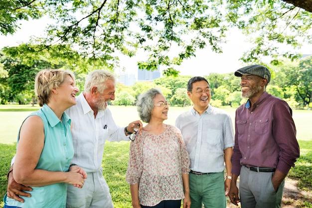 Gruppe des älteren ruhestand-freund-glück-konzeptes