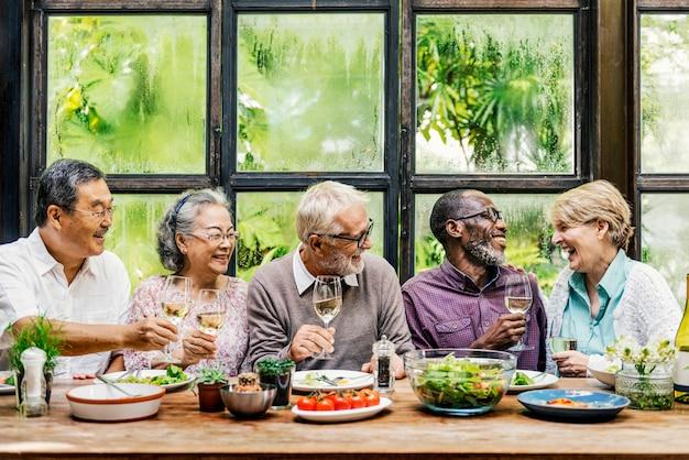 Gruppe des älteren ruhestandes treffen sich glück-konzept