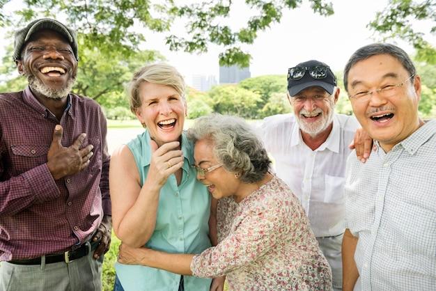 Gruppe des älteren ruhestands-freund-glück-konzeptes