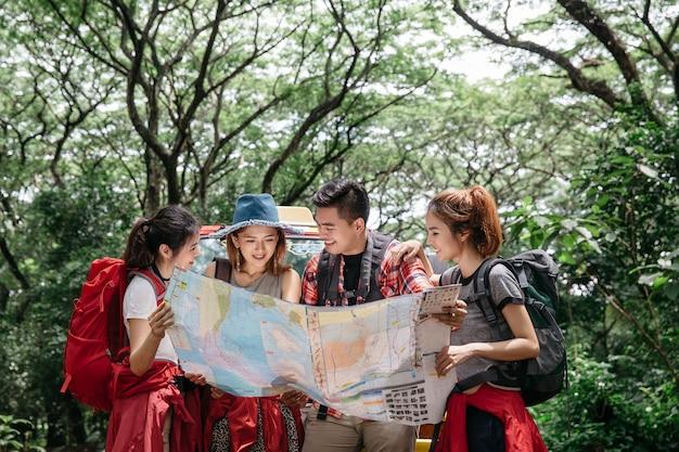 Gruppe des freund-asiatischen lager-waldabenteuer-reise-fernes entspannen sich konzept, bergblick.
