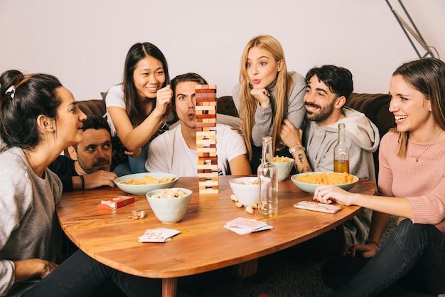 Gruppe des glücklichen spielenden tabletopspiels