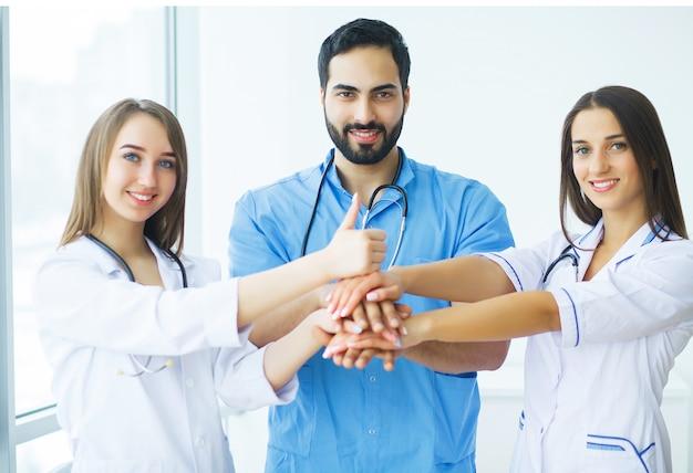Gruppe des medizinischen arbeitskraftporträts im krankenhaus