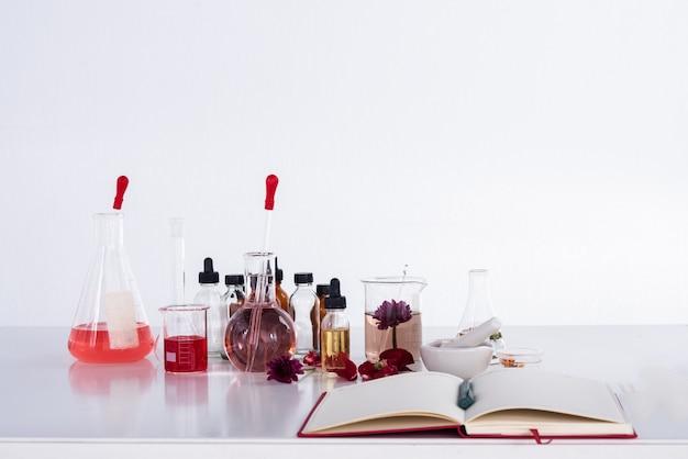 Gruppe des reagenzglases und der ausrüstung des organischen extrakts der natur