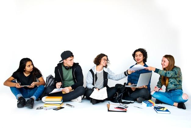 Gruppe des studenten, der etwas forschung tut