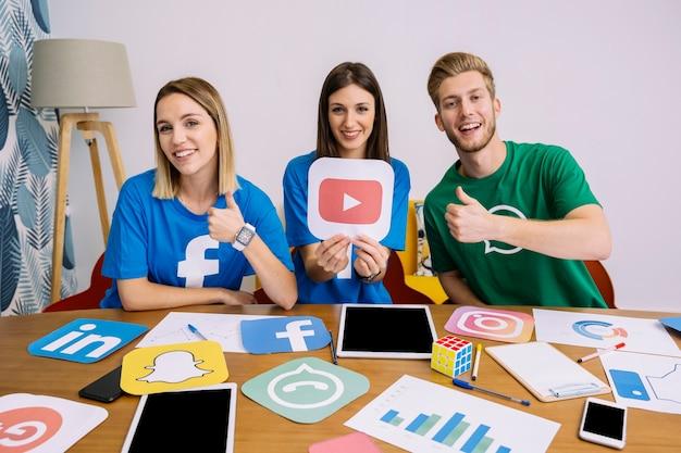 Gruppe des teams, das an social media-anwendungen arbeitet