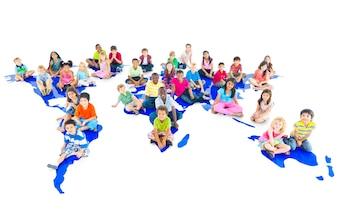 Gruppe des unterschiedlichen Kinderstudioporträts