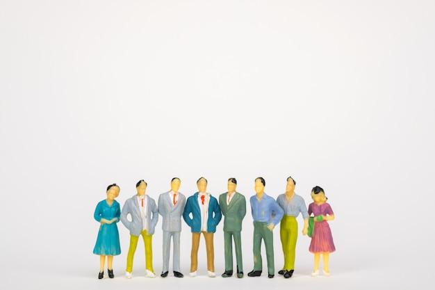Gruppe des zahlenminiaturgeschäftsmannes auf weißem hintergrund