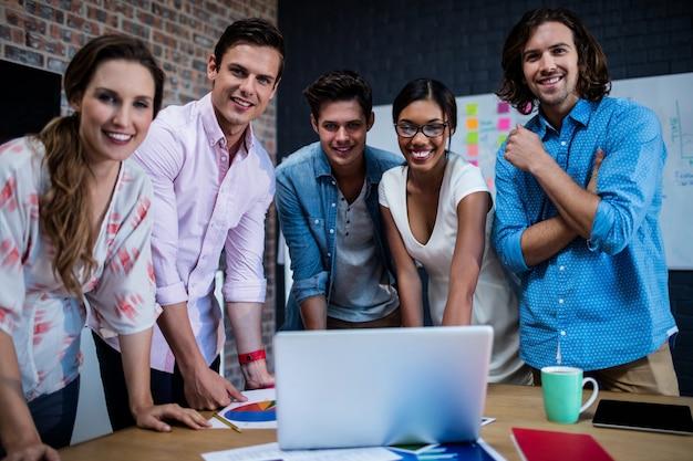 Gruppe designer, die an einem computer arbeiten
