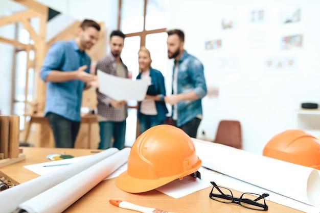 Gruppe designerarchitekten betrachten plan