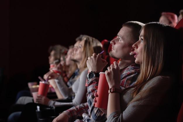 Gruppe, die einen faszinierenden film im kino sieht