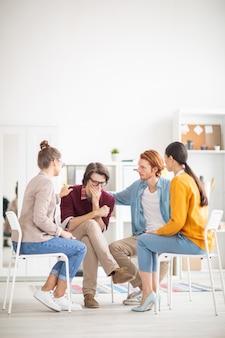 Gruppe, die psychologische unterstützung gibt