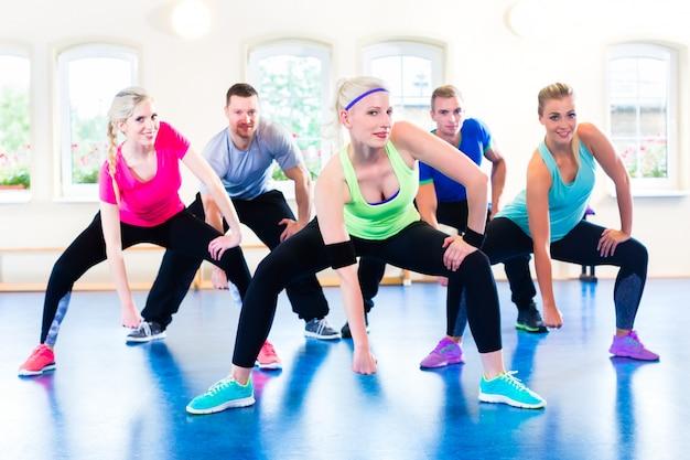 Gruppe eignungsleute in der turnhalle bei aerobic