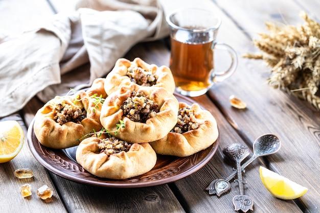 Gruppe einzelner kuchen mit fleisch und kartoffeln. tatarische traditionelle kuchen.
