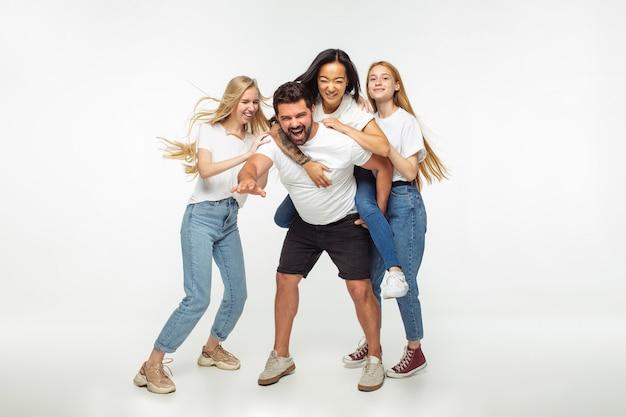 Gruppe entzückender multiethnischer freunde, die spaß haben, isoliert auf weißem studiohintergrund Kostenlose Fotos