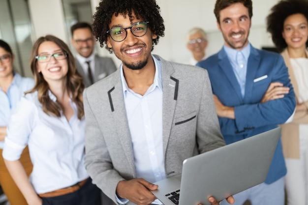 Gruppe erfolgreicher glücklicher geschäftsleute bei der arbeit im büro