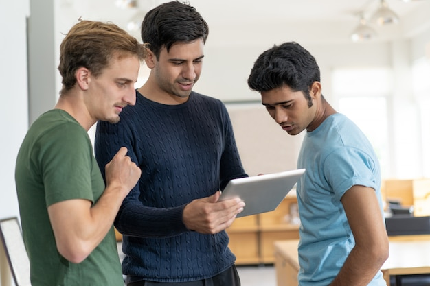 Gruppe erwachsene studenten, die zusammen an projekt arbeiten