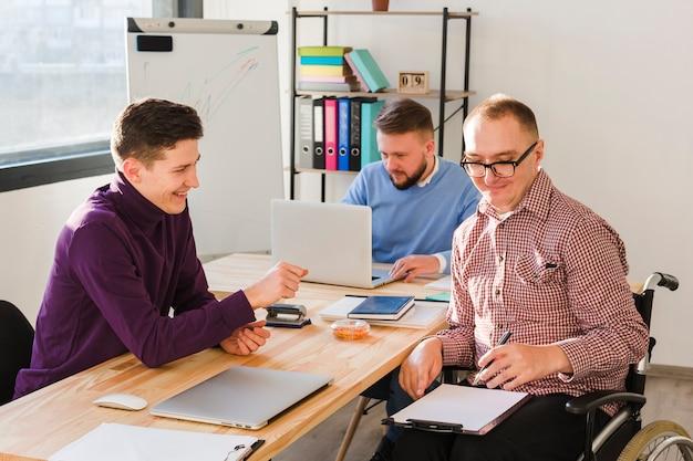 Gruppe erwachsener arbeiter zusammen im büro