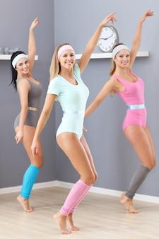 Gruppe erwachsener frauen, die im fitnessstudio trainieren