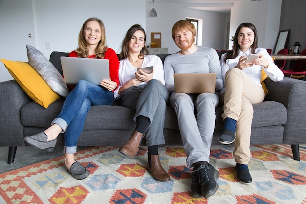 Gruppe freiberufliche kollegen, die zu hause arbeiten