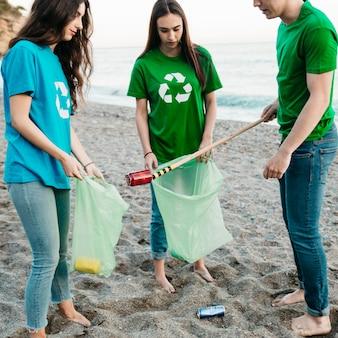 Gruppe freiwillige, die abfall am strand sammeln