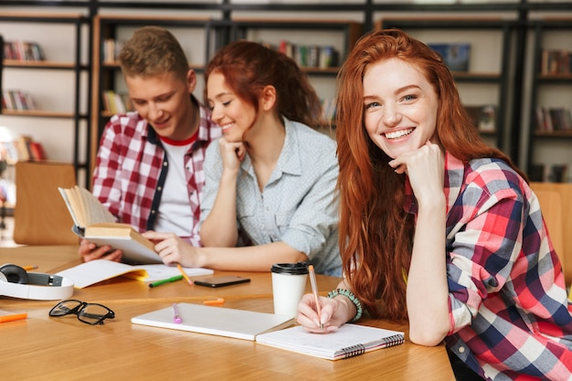 Gruppe freudiger teenager