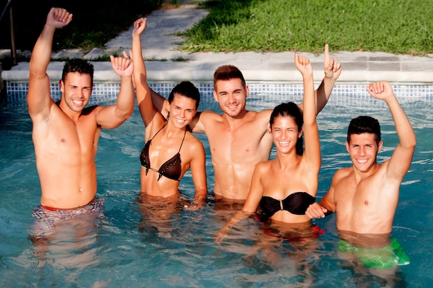 Gruppe freunde am pool