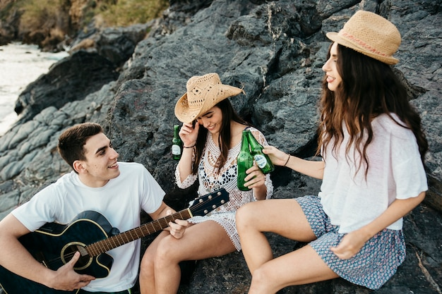 Gruppe freunde am strand mit gitarre