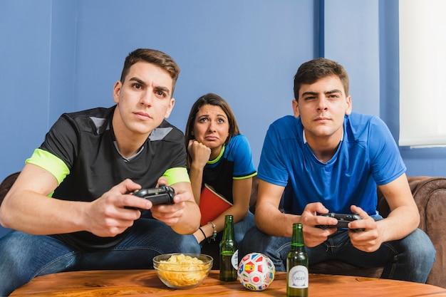 Gruppe freunde, die auf der konsole spielen