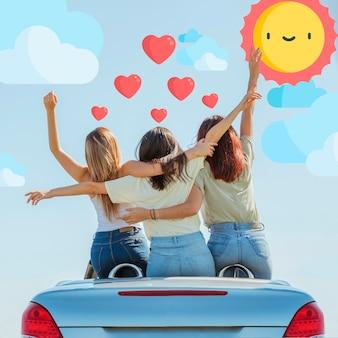 Gruppe freunde, die auf einem auto von hinten ansicht stehen