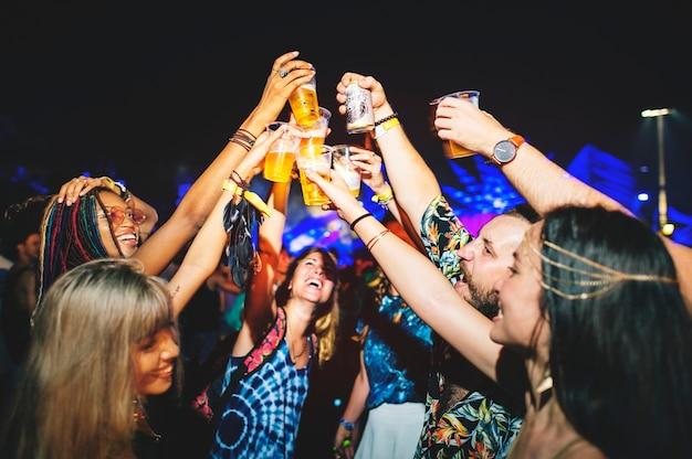 Gruppe freunde, die biere genießen musik-festival zusammen trinken