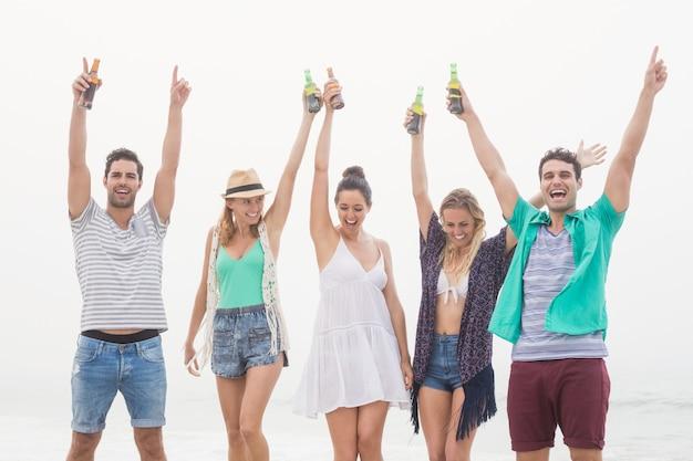 Gruppe freunde, die bierflasche halten