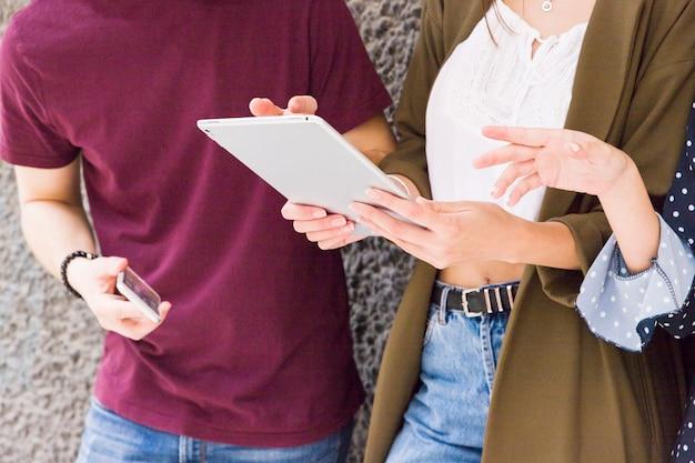 Gruppe freunde, die digitale tablette verwenden