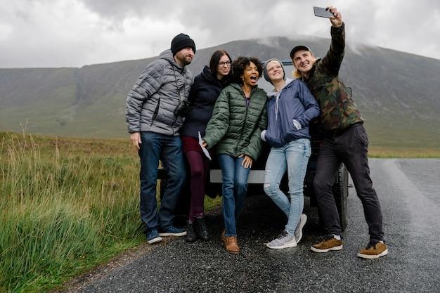 Gruppe freunde, die ein selfie bei glen etive, schottland nehmen