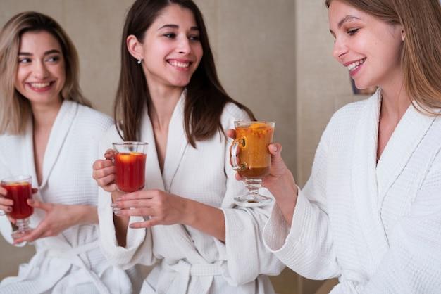 Gruppe freunde, die getränk am badekurort genießen
