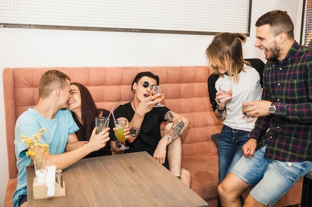 Gruppe freunde, die getränke im restaurant genießen