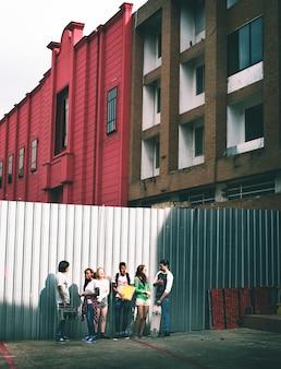 Gruppe freunde, die heraus in der stadt hängen