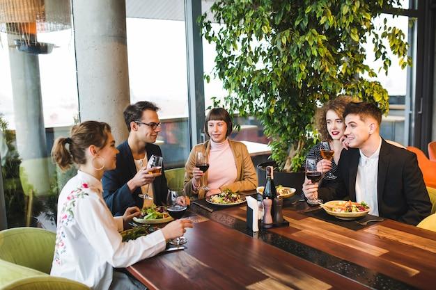 Gruppe freunde, die im restaurant essen