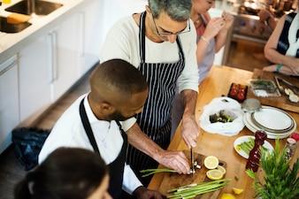 Gruppe Freunde, die in der Küche kochen