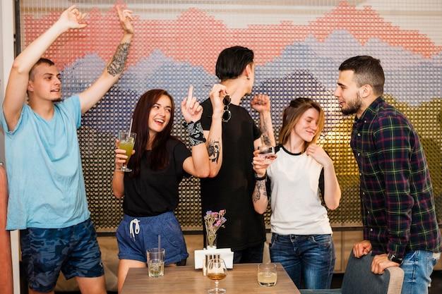 Gruppe freunde, die in der party genießen