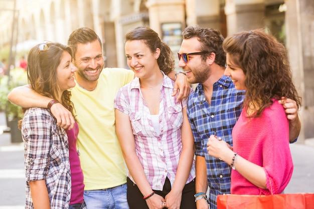 Gruppe freunde, die in der stadt sich treffen