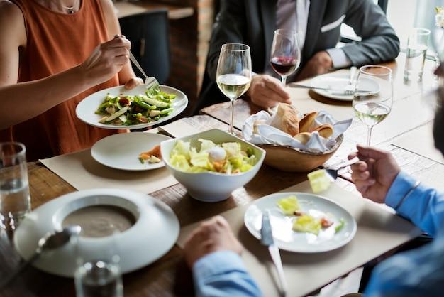 Gruppe freunde, die in einem restaurant speisen