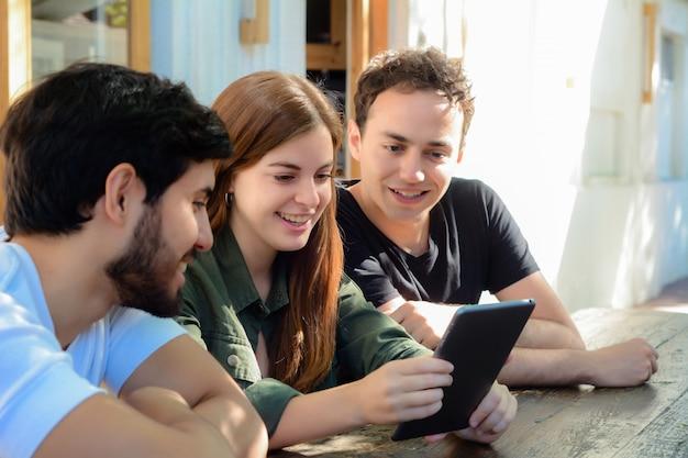 Gruppe freunde, die in einer kaffeestube sich treffen.