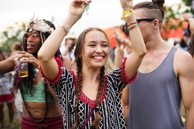 Gruppe freunde, die lustige veranstaltungen tanzen
