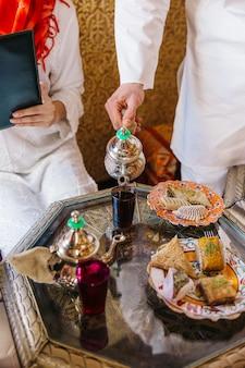 Gruppe freunde, die menü im arabischen restaurant betrachten
