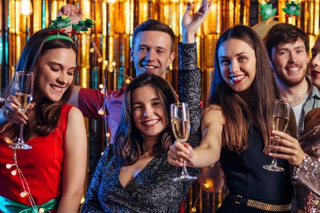 Gruppe freunde, die neues jahr, weihnachtsfest feiern.