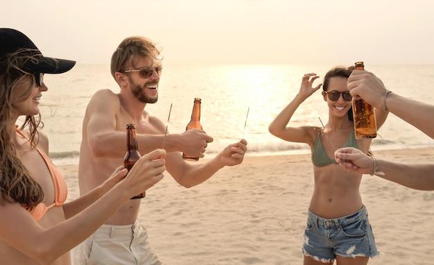 Gruppe freunde, die party am strand im sommer haben