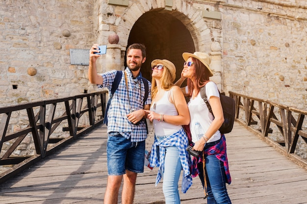 Gruppe freunde, die selfie auf mobiltelefon nehmen