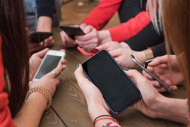 Gruppe freunde, die smartphones verwenden